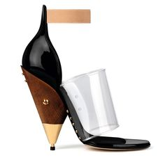 Givenchy par Riccardo Tisci http://www.vogue.fr/mode/shopping/diaporama/plastique-chic-burberry-givenchy-gucci-charlotte-olympia-chloe/12497/image/741553