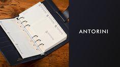Hledáte kroužkový diář A6? Nahlédněte do kolekce kroužkových A6 diářů pro muže a pro ženy od Antorini. Diáře mají pozlacenou nebo porhodiovanou mechaniku dle typu.