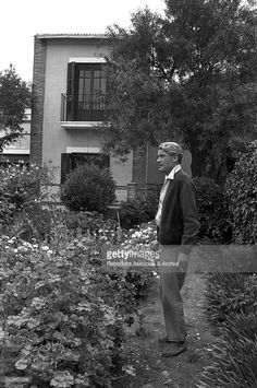 Irish actor Peter O'Toole, as Thomas Edward Lawrence, relaxing in a garden during a break on the set of Lawrence of Arabia. Kate O Toole, Peter O'toole, Lawrence Of Arabia, Architecture Wallpaper, Love Film, British Actors, Photography Portfolio, Actor Peter, Best Actor