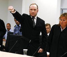 """Fase 1 del saluto di Breivik: secondo le istanze """"rossobrune"""", il saluto nazista viene integrato col saluto comunista."""