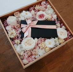 Thinking inside the box is sometime a good thing.Gorgeously designed florals inside a box! Flower Box Gift, Flower Boxes, Diy Flowers, Paper Flowers, Flowers In A Box, Diy Gift Box, Diy Gifts, Wedding Gift Boxes, Wedding Gifts