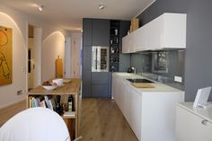Bax Quadre, Arbeitsplatte Corian, Inselplatte Eiche, Hochschränke Schreineranfertigung von Heyne & Lehmhaus Küchenräume