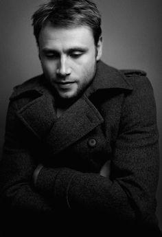 Warm anziehen! Max Riemelt, auf allen Fotos im Mantel von Boss, spielt auch in der zweiten Staffel von Sense8 mit