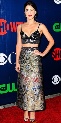 Lizzy Caplan in a two-piece embroidered Valentino ensemble and metallic heels at CBS's Summer TCA party in West Hollywood. Fashion Fail, Star Fashion, Fashion 2015, Celebrity Red Carpet, Celebrity Style, Nina Dobrev Style, Fiestas Party, Love Her Style, Night Looks