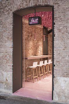 Ideo arquitectura a imaginé un troisième lieu de vente pour une boulangerie madrilène, le concept est d'imaginer un lieu original et unique pour chacune des entités. Le magenta utilisé ici sur les milliers de tiges suspendues au plafond fait éch...