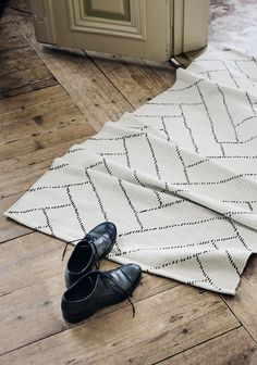 Finarte Aitta rug made from recycled cotton white-black room . Finarte Aitta rug made from recycled cotton white-black room Dark Carpet, White Carpet, Patterned Carpet, Red Carpet, Carpet Design, Carpet Runner, Rug Making, Home Textile, Rug Size