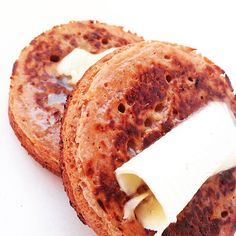 Yes you did hear me right! Not a huge fan of bread but I am a mahoosive fan of crumpets! Nice, crisp on the outside, squidgy & chewy on the inside.crumpets with . Free Breakfast, Paleo Breakfast, Breakfast Recipes, Welsh, Yeast Starter, Paleo Bread, Paleo Baking, Paleo Pizza, Vegetarian Paleo