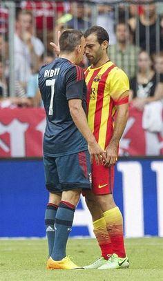 MUN91. MUNICH (ALEMANIA), 24/07/2013.- El jugador del Bayern Múnich Franck Ribery (i) se enfrenta al jugador del FC Barcelona Javier Mascherano durante el partido amistoso de la Copa Uli Hoeness que d