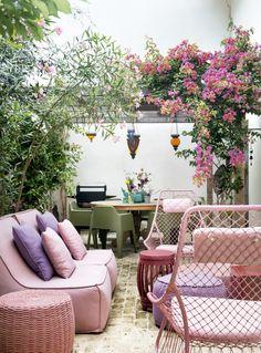 A união entre a paleta colorida, o jogo de estampas, peças autorais e um jardim sempre viçoso dá a esta casa paulistana um clima primaveril