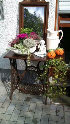 Autumn decoration inspiration for your garden! - Healthy skin care Autumn decoration inspiration for your garden! - In modern cities, it is so. Sewing Machine Tables, Vintage Sewing Machines, Garden Care, Decoration Inspiration, Garden Inspiration, Deco Floral, Garden Types, Outdoor Furniture Sets, Outdoor Decor
