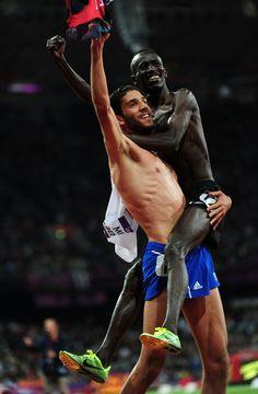 Le médailler d'argent Mahiedine Mekhissi-Benabbad (France) célèbre la victoire avec le médailler d'or Ezekiel Kemboi (Kenya) lors du 3000m Steeplechase des JO de Londres 2012.