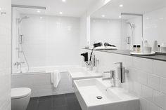 russia 2014 - international chain - river fontanka - skyscraper - hotel room - bathroom - white - clean - modern - badezimmer - weiß - badewanne - dusche - waschtisch - spiegel - weiß - grau