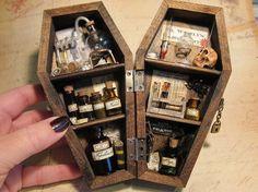 Mad scientist laboratory in a miniature coffin. (fijarse en tubos de ensayo)
