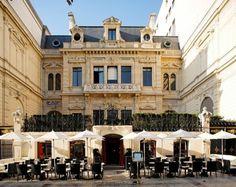 (D) La vue globale de l'hôtel de la Païva occupé aujourd'hui par le Travellers' Club et un restaurant #UneSource