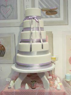 wedding cake épuré, blanc et parme