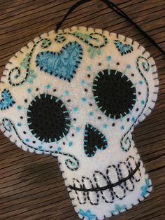Cream felt skull embellished with cotton fabric and cotton floss. Cute Crafts, Felt Crafts, Fabric Crafts, Sewing Crafts, Sewing Projects, Felt Projects, Adornos Halloween, Halloween Crafts, Felt Skull