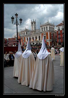 Cofrades de la Sagrada Cena, durante la celebración de la Procesión General, a su paso por la Plaza Mayor en la tarde del Viernes Santo. Valladolid Spain