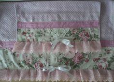 Conjunto de toalhas vintage ,com uma toalha de banho e rosto, com acabamento em tecido, crochê, brodery e fita. . <br>Toalha de banho:80x1.40 cm <br>Toalha de rosto:50x80