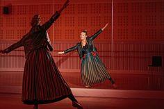 Kansantanssija, tanssinopettaja ja koreografi Hanna Poikela vetää ylpeänä supikkaat jalkaan.