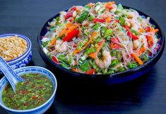 Glasnudelsallad med räkor - ZEINAS KITCHEN Raw Food Recipes, Wine Recipes, Asian Recipes, Vegetarian Recipes, Healthy Recipes, Ethnic Recipes, Mayonnaise, Food For The Gods, Zeina