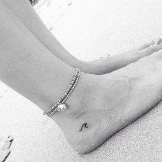 20 niedliche kleine Tattoo-Ideen für Mädchen 20 Cute Little Tattoo Ideas for Girls It's so cute for girls to have little tattoos. Small tattoos can be painted in a simple and sophisticated way. You … tattoos Piercings, Piercing Tattoo, Mini Tattoos, Trendy Tattoos, Tiny Foot Tattoos, Small Ankle Tattoos, Cross Tattoos, Forearm Tattoos, Basic Tattoos