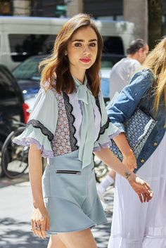 Last additions - 004 - Miss Lily Collins - Gallery Lily Collins Hair, Lily Collins Style, Beautiful Hijab, The Most Beautiful Girl, Look Casual, Casual Chic, Jenifer Lawrence, Look Formal, Preppy Style