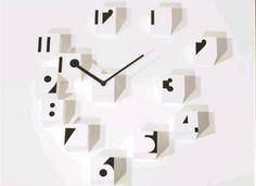 este reloj formado de cubos blancos con los numeros negros está en la cocina.