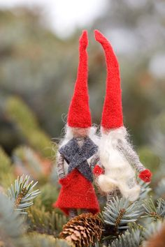 nisse Each nisse is handmade using wool wrapped chinellie pipe cleaners, felt, felted wool and natural wool locks. They measure approximately 5 - 6 inches tall and are completely pose-able.