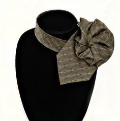 Cravate d'un homme est maintenant un foulard cravate de dames à la mode. Cette cravate en soie verte moussue a un petit design noir et blanc et sera un complément à plusieurs pièces de la garde-robe de base. À recyclés cette cravate, jai formé et cousu à la main-la rosette qui mesure 4,5 pouces (11 cm) de 7,5 pouces (19 cm), et la cravate sétend à 24 pouces (61 cm) au-delà de la rosace à entourer le cou et passer à travers les étiquettes sur le dos de la rosette. La cravate sera différente…