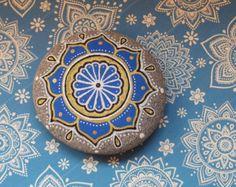 Peint à la main des pierres de mandala, parfait pour votre autel, pour la méditation ou comme une pierre de guérison. Chaque pierre est main