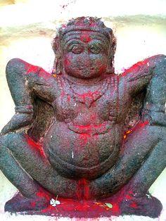 Kamakhya est une déesse qui saigne, représentée comme une jeune fille de 16 ans. La fleur rouge est son symbole, particulièrement l'hibiscus. Son nom signifie « déesse du désir » et elle repose dans son temple sous la forme d'un Yoni (vulve) en pierre dans la ville d'Assam, en Inde, un des pèlerinages les plus populaires.