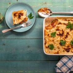 Vegan παστίτσιο / Vegan traditional greek pastitsio. Το κλασσικό, παραδοσιακό, ελληνικό φαγητό που όλοι αγαπάμε σε μία vegan και πιο ελαφριά συνταγή! #greekfood #greekrecipes #greekfoodrecipes #pastitsio #traditional #veganfood #veganrecipes #vegan #veganideas #vegangreece #sintagespareas #συνταγές #ελληνικα #ελλάδα Quiche, Pasta Ideas, Vegan Recipes, Breakfast, Macaroni, Food, Morning Coffee, Macaroons, Vegane Rezepte