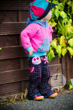 Ein cooler Sweater mit Stepp und Schlaghose. Dazu eine lässige Mütze.  #farbenmix #ebbieundfloot #hose #pants #hut #hat #hoody #kidscloth #grilscloth #pink #black #aurelia #hugo #tinkabella #lilalotta #pattern #embroidery #maritim #staaars