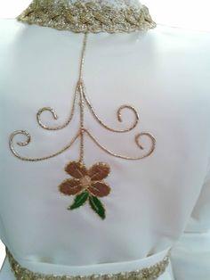 Trajes para imagen de la Virgen María confeccionados en raso blanco. Vestidos decorados con distintos bordados en el pecho y en la parte frontal de la falda. Trajes con galón dorado en los puños, en el cuello, en el fajín y en los bajos. (1/5) http://www.articulosreligiososbrabander.es/vestido-imagen-virgen-maria-fabricado-raso.html #TrajeVirgenMaria #VestidoVirgenMaria #TrajeImagenVirgen #VestidoImagenVirgen #TrajeFiguraVirgen #VestidoFiguraVirgen #VirginMarRobe #VirginRobe