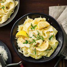 Raikas sitruunapasta on todellista pikaruokaa. Sitruunapasta maistuu sellaisenaan tai esimerkiksi kalan tai broilerin kanssa.