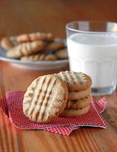 Cookies de Manteiga de Amendoim (rende 40 unidades) 3/4 xícara (170g) manteiga sem sal, em temperatura ambiente 1/2 xícara de açúcar mascavo (medir apertando na xícara) 1/2 xícara de açúcar refinado 1 ovo grande 3/4 xícara de manteiga de amendoim (preferivelmente importada, usei da marca Peter Pan) 2 xícaras de farinha de trigo 1/2 colher de chá de bicarbonato de sódio