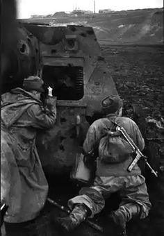 Советские бойцы в дозоре, укрываясь за подбитой САУ СУ-85. Украина, весна 1944 года.