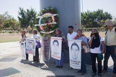 """Reemplazan bandera monumental en Iguala por una con la leyenda """"Nos faltan 43""""  Familiares de normalistas protestan en Iguala, Guerrero. Foto: Miguel Dimayuga"""