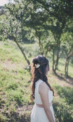 Nimfas (νύμφαι). Joies per a núvies. Lligadura Pedra de mar, esmalt sobre coure, alpaca, plata, tul i bany d'or. 95x75x27 mm Clara Niubò.  #joies #joiesperanuvies #nuvies #tocados #lligadures #or #jewel #agulla #fermall #gold #plata #personalitzat #joiespersonalitzades #art #artesania #esmalt #fusta #weddings