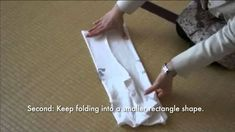 The Art of Folding Clothes: The KonMari Method Marie Kondo Video, Konmari Method Folding, Declutter Your Life, Organization Hacks, Getting Organized, Homemaking, Clean House, Keep It Cleaner, Helpful Hints