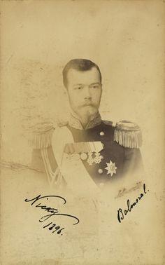 Nicholas II, Imperador da Rússia. Ele está olhando para a câmera e vestindo uniforme militar. A fotografia é anotado 'Nicky 1896 Balmoral'.