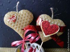 Свеча-сердечко, валентинка из вощины. Свечи-сердечки из вощины - отличный подарок ко Дню Святого Валентина. Необычная валентинка отлично подойдет для вашего романтического вечера.  Свеча горит около 30 мин с приятным ароматом натурального воска.