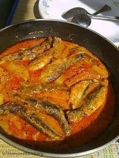 A Homemakers Diary: Khayra Macher Jhal (Bengali Style Small Fish in Spicy Mustard Gravy) Bengali Fish Recipes, Gujarati Recipes, Indian Food Recipes, Fried Fish Recipes, Seafood Recipes, Cooking Recipes, Bangladeshi Food, Bengali Food, Smelt Fish Recipe