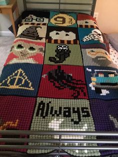 Ravenpuff & Magic Stuff: Harry Potter Crochet squares, DIY and Crafts, Ravenpuff & Magic Stuff: Harry Potter Crochet squares. Colchas Harry Potter, Tricot Harry Potter, Figurine Harry Potter, Harry Potter Pillow, Harry Potter Crochet, Crochet Squares Afghan, Crochet Blanket Patterns, Pixel Crochet Blanket, Crochet Gifts