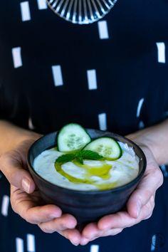 Schale mit Tzatziki in Händen Avocado Egg, Dips, Foodblogger, Spreads, Summer Vibes, Breakfast, Recipes, Cucumber Recipes, Sandwich Spread