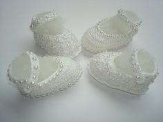 kit contendo 2 sapatinhos de bebê.  1 branco com detalhe em meia perola.  1 branco com aplique de florzinhas[GUIPIR]  material;linha 100% agodao.  tamanho;8 cm de solinha para bebe de 0 a 2 meses,para outros tamanhos entre em contato. Crochet Baby Boots, Knit Boots, Crochet Bebe, Crochet Slippers, Crochet For Kids, Knit Crochet, Types Of Craft, How To Make Shoes, Baby Booties