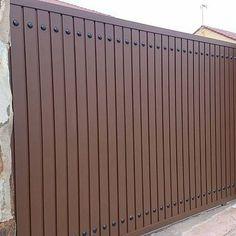 Puerta de garaje exterior Iron Main Gate Design, Grill Gate Design, Front Gate Design, House Gate Design, Metal Garage Doors, Garage Gate, Main Entrance Door, Entrance Gates, Backyard Gates