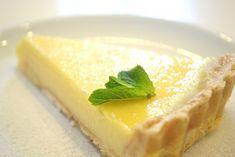 Ένα υπέροχο και γευστικό γλυκό που αρέσει σε όλους και είναι πολύ εύκολο στην παραγωγή του: Τάρτα λεμόνι με λευκή σοκολάτα! Πρόσφερέ το στους φίλους σου ή