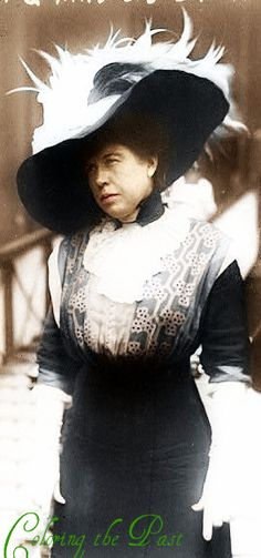 """""""The Unsinkable"""" Molly Brown steps off the Carpathia after being rescued from the Titanic. No wonder they cast Kathy Bates to play her in Titanic! Great Women, Amazing Women, Photos Du, Old Photos, The Unsinkable Molly Brown, Costume Ethnique, Titanic Survivors, Rms Titanic, Titanic Movie"""