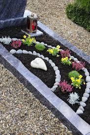 Die dunkle Erde bringt einen schönen Kontrast und so wird diese Art der Bepflan. - Die dunkle Erde bringt einen schönen Kontrast und so wird diese Art der Bepflanzung zum Blickfang a - Grave Flowers, Cemetery Flowers, Funeral Flowers, Cemetary Decorations, Funeral Ceremony, Memorial Flowers, Plantation, Types Of Plants, Succulents Garden